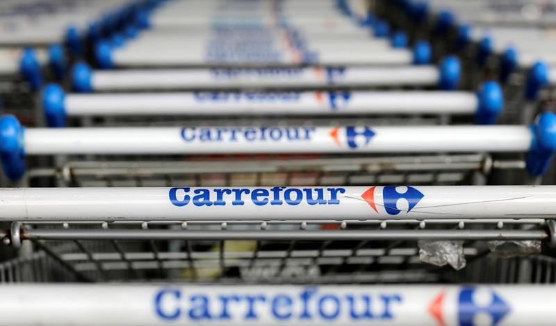 Esporte Man dies in Carrefour Brasil store, left covered with umbrellas as store stays open